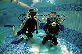 Два ученика из детского клуба дайверов под водой - миниатюра