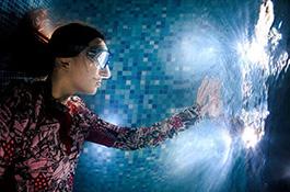 Девушка и ее отражение под водой - миниатюра