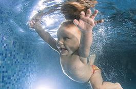 Плывущий ребенок под водой - миниатюра