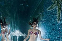 Девушка, идущая под водой - миниатюра