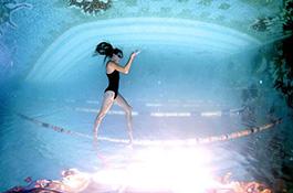 Девушка на канате под водой - миниатюра