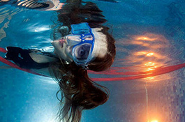 Девушка в маске под водой - миниатюра